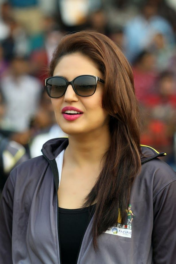 Huma Qureshi Unseen Photos In Beautiful Black Dress