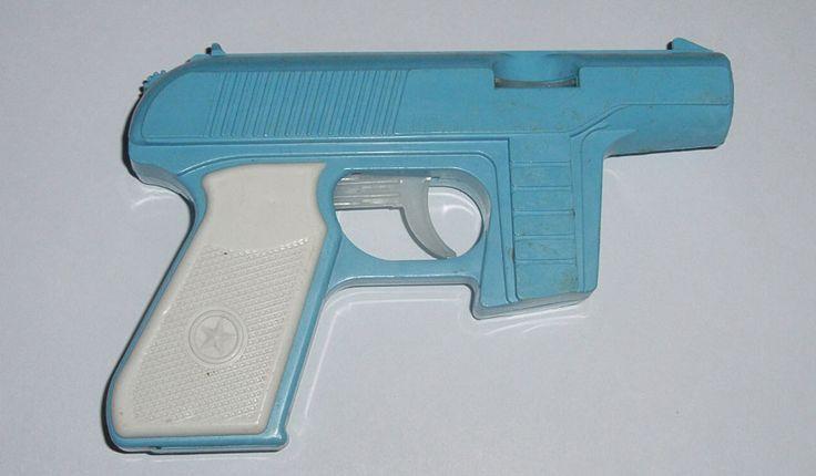 револьверы с пистонами и пистолеты с присосками или пульками