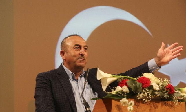 De Turkse minister van Binnenlandse Zaken Süleyman Soylu heeft ermee gedreigd maandelijks 15.000 vluchtelingen te sturen naar Europa.Dat zei Turkse staatspersagentschap Anadolu. De vluchtelingendeal bestaat al 1 jaar, maar een paar belangrijke Turkse mannen willen het akkoord opzeggen. Tot nu toe heeft Turkije al 3.500 vluchtelingen gestuurd naar de EU. Berlijn en Den Haag hebben campagnemeetings van Turkse ministers verboden naar aanleiding van het referendum.