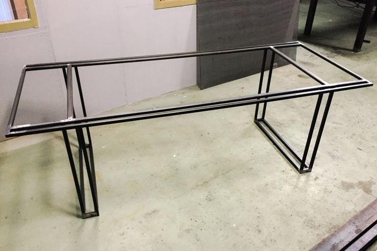 Onderstel voor tafel van onbehandeld staal. De profielbuis waar het frame van is gemaakt is 2 x 2 cm, maar is door zijn ontwerp zeer stabiel. Door het metalen frame te TIG lassen is de verbinding zeer sterk en kan het strak worden afgewerkt.