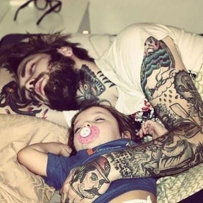 tilestwra.com | Εικόνες με φοβερούς μπαμπάδες με τατουάζ αγκαλιά με τα μωρά τους