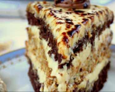"""Tortul """"Capriciul doamnei"""" este un desert excepțional, care este format din mai multe straturi delicioase, cu diverse umpluturi. Blaturile sunt îmbibate cu cremă de smântână și sunt acoperite cu cremă apetisantă de lapte condensat și frișcă. Acest tort uimitor te cucerește prin gustul fermecător și aspectul atrăgător. Savurați tortul cu plăcere alături de cei dragi! INGREDIENTE PENTRU 1 BLAT -80 g de făină -1 ou -100 g de zahăr -120 g de smântână -15 g de amidon -1 linguriță de praf de copt…"""