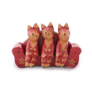 Tres preciosos gatos sentados en un sofá rojo. Piezas pintadas y barnizadas en madera artesanalmente.