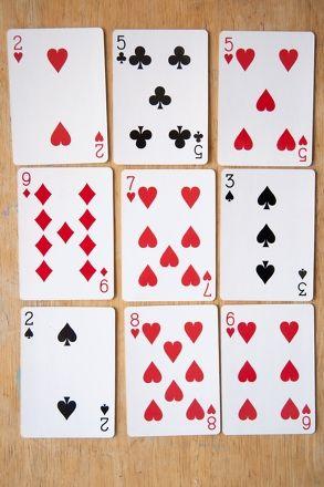 On enlève les figures. On place 9 cartes. Les élèves enlèvent à tour de rôle les cartes qui, additionnées, font 10. On place de nouvelles cartes dans les trous. Le joueur qui a enlevé le plus de cartes à la fin a gagné.