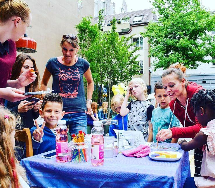 Sfeer impressie • Thangfestival  foto door @daviddoelen  @heerlenmijnstad  en lieve hulp van @petra.vroomen  thnxxxx #kinderschminken door @merakiartmovement tijdens #thangfestival op het Schelmenhofje gisteren in #heerlenmijnstad to #denieuwenor • Organisatie door @amberdelahayeillustratie en @damarisrael van @lokaal25heerlen !  #ladybug #lieveheersbeestje #kiekeboekat #spiderman #hond #minion #hellokitty #rockstar #bowie #davidbowie #frozen #elsa #kids #kindjes #love #happy #vrolijk…