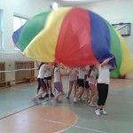 """Po zawodach przychodzi czas na chwilę odprężenia. Szkoła podstawowa we Wrocławiu wykorzystuje do tego chustę gimnastyczną. Przeczytajcie jak gra się w """"spadochron"""" albo """"rekina""""! http://blogiceo.nq.pl/wfzklasasp78/2014/02/03/miesiac-pozniej/"""