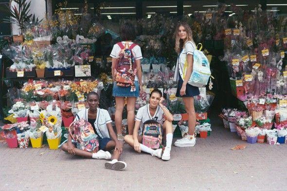 Clica pra ver mais de perto as mochilas da JanSport estampadas pela Farm!