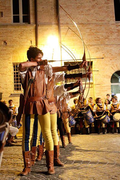La Contesa del Pozzo della Polenta Corinaldo ...arcieri  nella gara rionale più antica della Contesa di Corinaldo