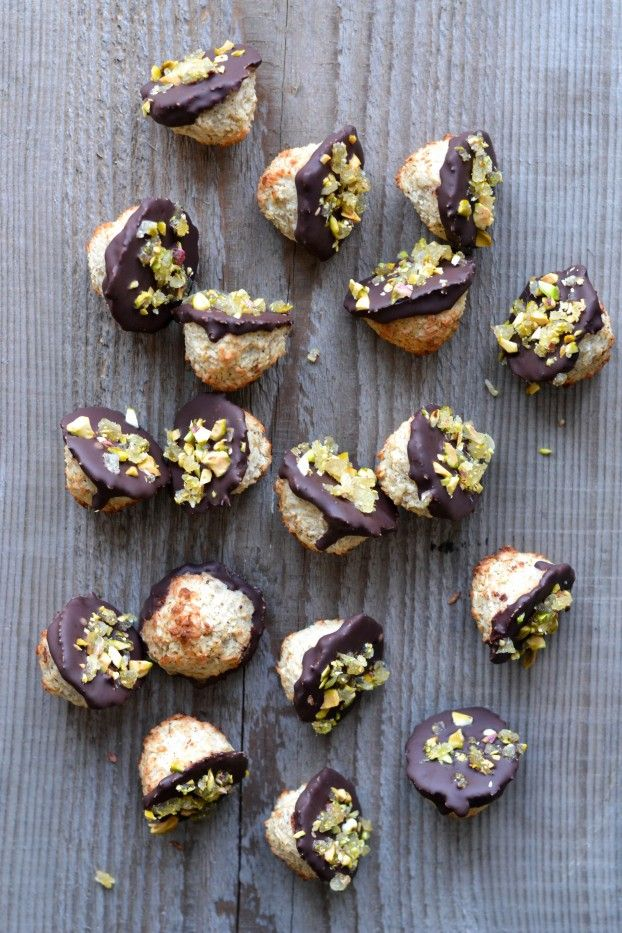 Coconut macaroons with chocolate, ginger & pistachio (paleo & sugar free) - A tasty love story