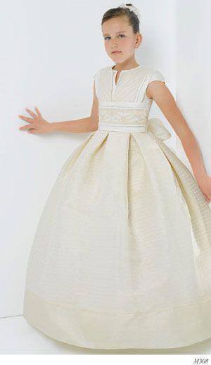 En Jerónimo García hemos encontrado este precioso vestido de comunión del diseñador Miquel Suay y los hemos combinado con unos zapatos blancos adornados en una flor y una perla en el centro. ¿Qué os parece esta combinación?