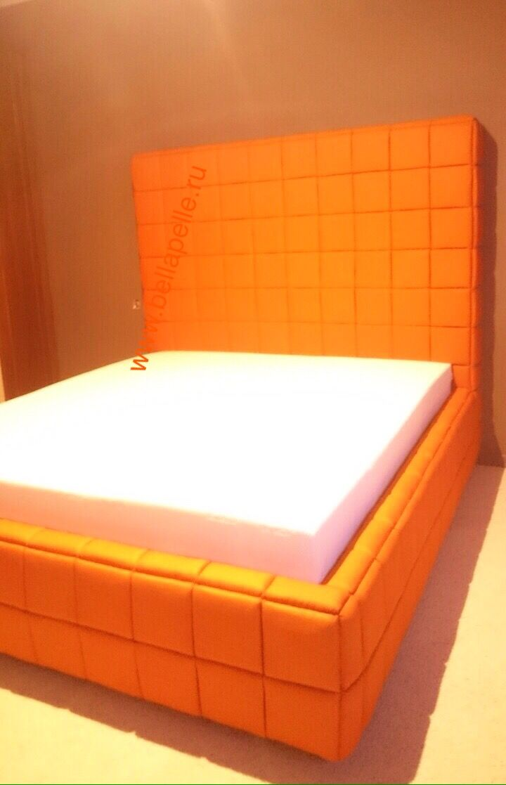 Одна из наших последних работ. Кровать с нестандартной высотой и толщиной изголовья. В самом изголовье расположены бельевые  ниши для хранения. Кровать оснащена подъемным механизмом и дополнительным ящиком для белья. Все чехлы, включая изголовье, съемные.