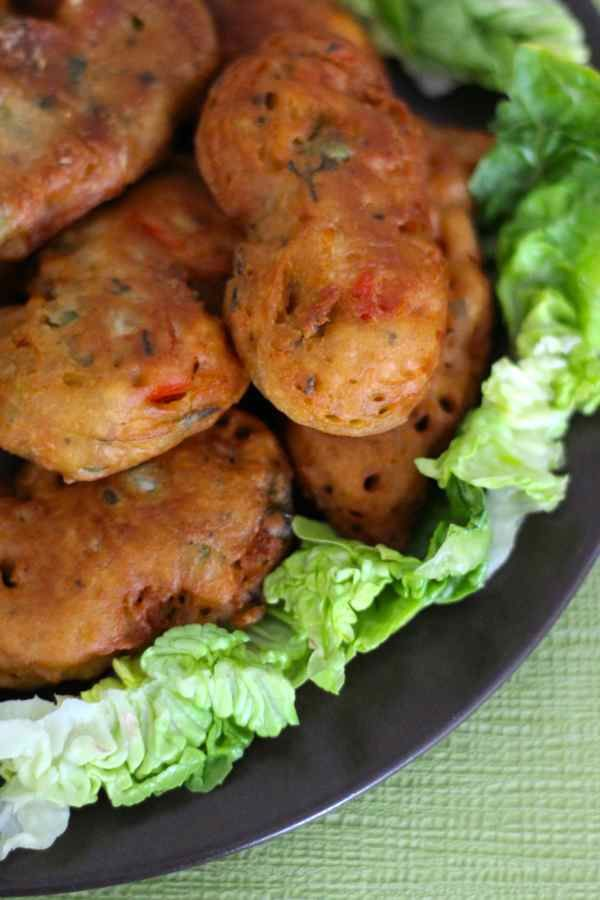 Les badjas sont une délicieuse entrée populaire de l'île Maurice. Ce sont des beignets de légumes faits à base de farine de pois chiche.