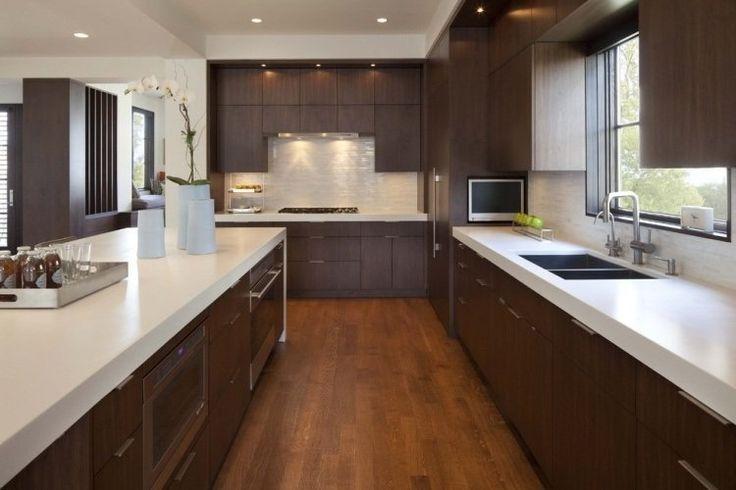 plan travail cuisine blanc en Corian et armoires en bois foncé