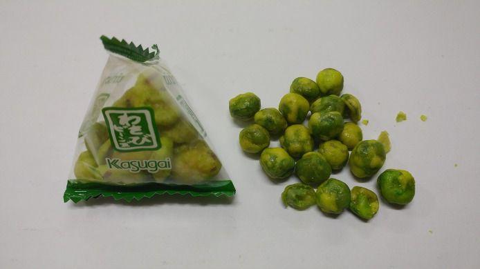 일본 와사비 콩과자에요. 와사비 맛이 살짝 배어있어요. 특유의 와사비맛이 느껴진답니다.