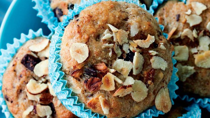 Skønne muffins, der i virkeligheden slet ikke er en rigtig muffin, men en rimelig sund, grov morgenbolle. Spis dem, som de er, med smør eller måske med en skive ost