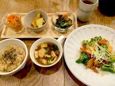Whole Food Café Apprivoiser 人参サラダ・南瓜とサツマイモの焚き物・若芽と胡瓜の酢の物、玄米ご飯とお味噌汁、そして大豆ミートと長芋のグリル