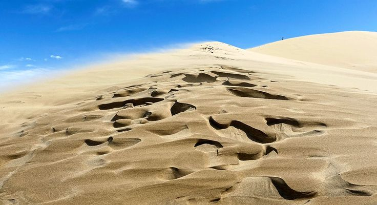 Die 150 Meter hohe und drei Kilometer lange Singende Sanddüne im Altyn-Emel-Nationalpark in Kasachstan erzeugt bei trockenem Wetter einen tiefen und orgelähnlichen Brummton.