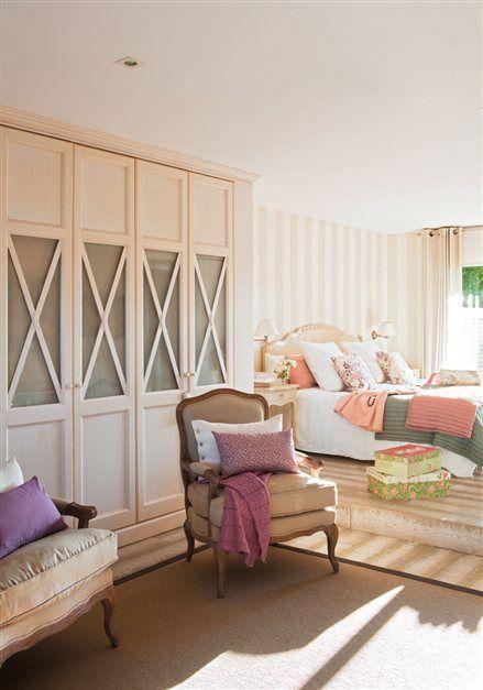 Armario con varias puertas en el dormitorio