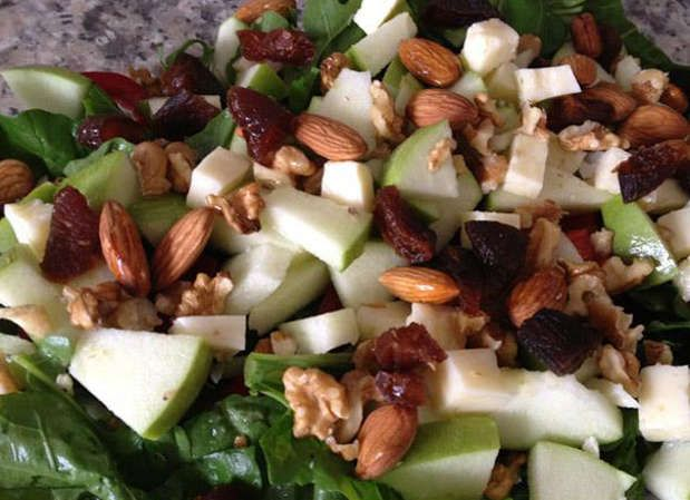 Kuruyemişli Elma Salatası Hem Zayıflatır, Hem de Lezzetlidir