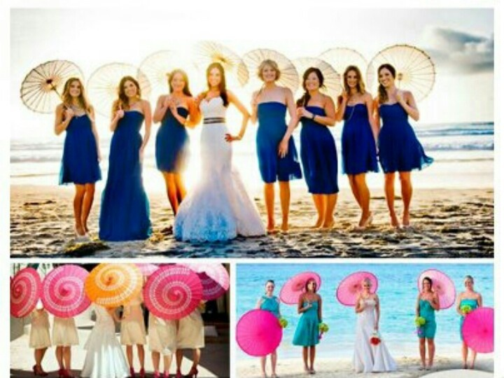 Boda en la playa-- bridesmaids, parasols, wedding pic