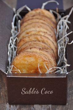 Sablés noix de coco - recette facile -150 g de farine 100 g de beurre froid 2 jaunes d'œufs (+ 1 jaune pour la dorure) 60 g de sucre 4 c. à soupe de noix de coco râpée 1 pincée de sel