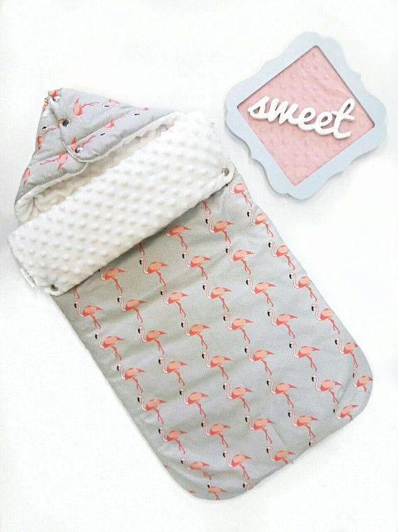 Zachte en comfortabele stof baby slaapzak met capuchon en ritssluiting. Deze baby deken is bestaat uit een twee-zijden wandelwagen voering en een voet mof, die is aan de zijkanten vastmaken door zip. Als gevolg van deze constructie kunt u onze baby slaapzak als een kinderwagen voering, zelfs wanneer uw baby te groot is voor het slapen in een slaapzak. (Hiervoor wij deze vraag om purls voor uw kinderwagen van gordels, die u opent wanneer het nodig is).  GROOTTE: ✅ 15.75x31.5 inch (40 x 80 cm)…