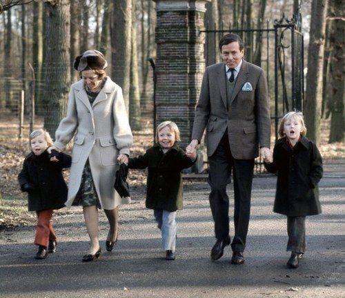 Prinses Beatrix-Prins Claus en de drie prinsjes Alexander-Friso en Constantijn (NL): Princess Beatrix The Princess of Orange and her husband Prince Claus with their sons Princes: Willem-Alexander, Friso and Constantijn