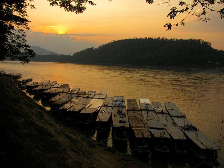 https://flic.kr/p/nivvHh | Atardecer en el Río Mekong | Era cierto lo que decían los libros. El atardecer en el río Mekong es un espectáculo inolvidable: El silencio, el agua tranquila, las barcas, las montañas selváticas y el cielo encendido en colores anaranjados. Es una maravilla para quienes disfrutamos de sacar fotografías. Eso sí, no debes olvidar el repelente de mosquitos.  Crónica en Apuntes y Viajes:La ciudad de ensueño (Primera parte): Ronda limosnera de monjes, Mercado de Abasto