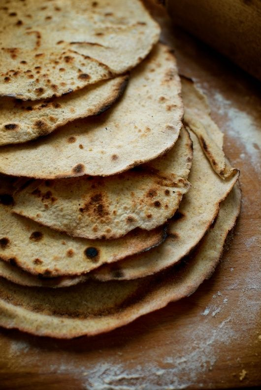 Los roti son panes sencillos de la India, preparados con harina integral y algo de ghee, mantequilla clarificada tradicional. Se preparan en pocos minutos, y se cocinan rápidamente en una plancha o sartén gruesa, muy caliente, para conseguir unas tortas crujientes y ligeras, muy adecuadas para acompañar los entrantes o currys de la cocina de …