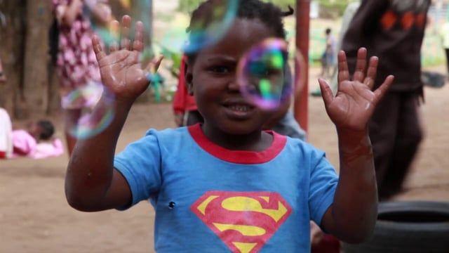 Fundación Khanimanbo: donativo de felicidad que han preparado los niños y niñas de la Fundación Khanimambo de Praia de Xai-Xai, en Mozambique. En esta ocasión queremos compartir el regalo que nos ha hecho Olivia Jabones de Cuidado (@oliviasoaps) con la producción del jabón llamado 20000 Pompas de Viaje Superlimpio.