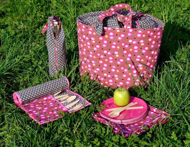 #Patron de set de pique-nique fleuri avec panier, étui pour bouteille, serviettes et range-couverts en vente sur la boutique de Modes & Travaux !