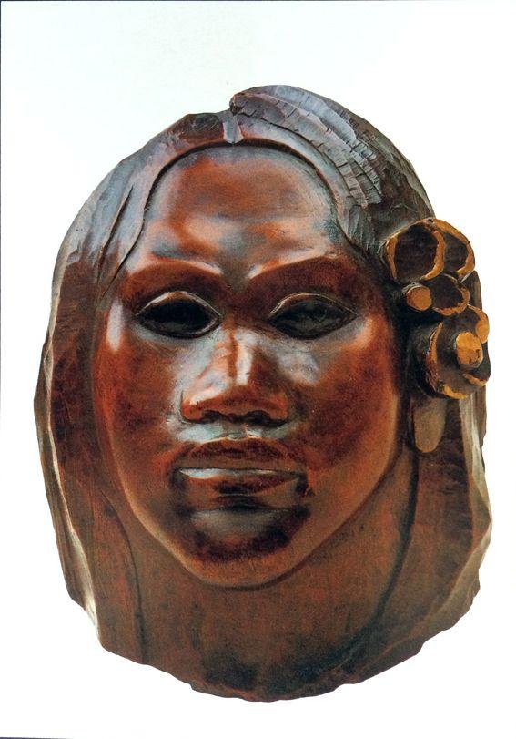 """PAUL GAUGUIN (1848-1903) MASCHERA IN LEGNO SCOLPITO  Questa maschera in legno scolpito e lucidato riproduce il volto dolce e paffuto di Teha'amana,la"""" vahinè"""" di Gauguin, quella che il pittore avrebbe ricordato come Tehura bel suo libro """"Noa Noa"""".  Incontrata quando era giovanissima, appena tredici anni, la bella polinesiana sarà la compagna silenziosa e fedele di Gauguin e , soprattutto, sarà la modella di tutte le sue opere più belle. #art #Gauguin #history #scultura"""