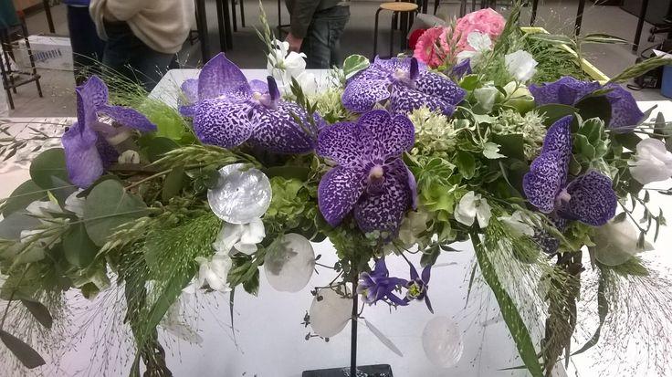 opdracht hangend bloemstuk. ik heb orchideeen gebruikt