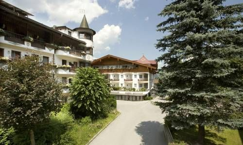 Hotel Berghof Mayrhofen Located in the heart of Mayrhofen, a 5-minute ski bus ride from the Penkenbahn cable car, Hotel Berghof features a large spa area, a summer outdoor pool and tennis courts. Free private parking is possible on site.