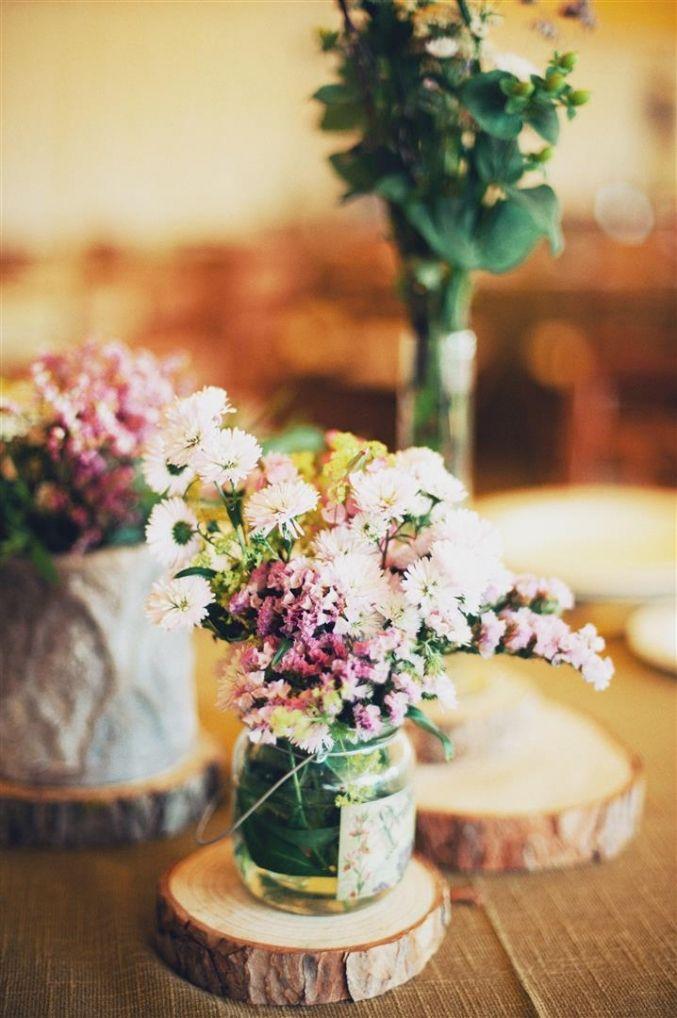 el sofa amarillo boda flores campestres rodajas de madera
