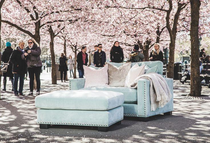 Turkos Valen loveseat, nitar, sammet, sammetsloveseat, fåtölj, sammetsfåtölj, kuddar, sammetskuddar, pall, fotpall, puff, sittpuff, möbler, vardagsrum, inredning