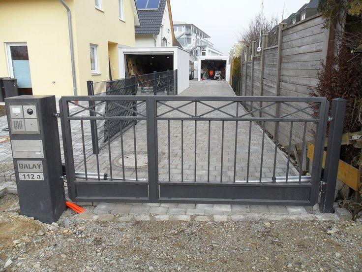 Einfahrtstor grauer Eisentor