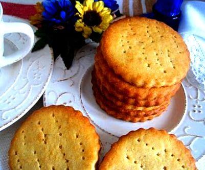 Galletas tostadas caseras - Ingredientes: 175 gr. de mantequilla fundida, 300 gr. de azúcar, 2 yemas, 1 huevo, 300 gr. de harina, 1 cucharadita de levadura en polvo