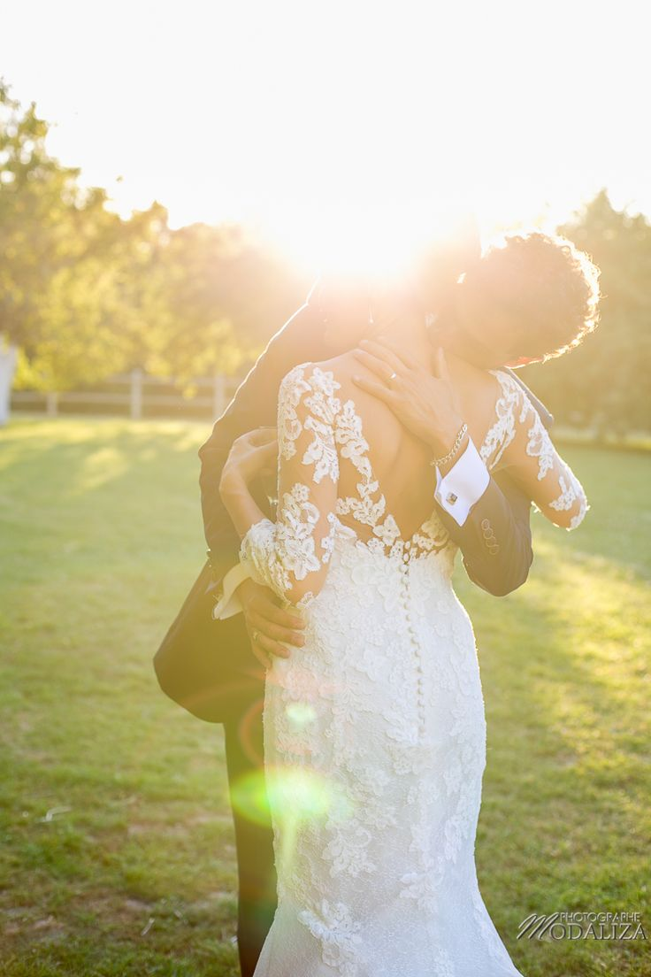 photographe mariage bordeaux couple mariage wedding robe de mariée dentelle dos nu lace wedding dress gold sunset golden hour chateau grignols domaine dame blanche gironde by modaliza photo