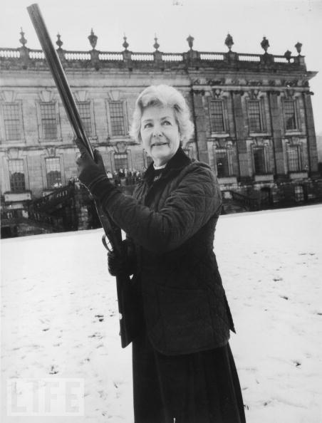 """Deborah Mitford, duchess of Devonshire. Lo sport preferito di David Mitford era andare a caccia. Era notoria la sua abitudine, in campagna, di """"liberare"""" le figlie all'aria aperta per poi seguirne le tracce col suo cane preferito. E i bambini devono essersi divertiti molto se da adulti è stata trasmessa a loro la passione per la caccia."""