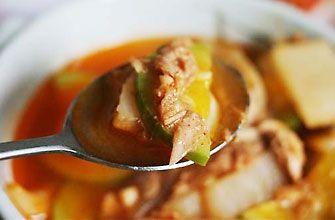 チャムチキムチチゲ  チャムチとは韓国語でツナ(まぐろ)のことを言います。  豚肉で作るよりも味がさっぱりしていてとってもヘルシーです。おいしく作るコツは、発酵した酸っぱいキムチを使うことです。酸味があればある程おいしい鍋となります。韓国では国民的なチゲですが、日本人は少しすっぱいと感じるかもしれません。    ツナ缶  ・キムチ(なるべく古く酸味が出てきたもの)  ・キムチの汁  ・ツナ缶   ・だしの素  ・ごま油   ・野菜{長ネギ・しょうが・ニンニク・えのき・ニラ}  チャムチキムチチゲの作り方 ①お鍋にごま油を入れ、キムチを炒めます。  ②ツナ缶を入れ、さらに焼きます。  ③お鍋が少し焦げるまで焼いたら、水、顆粒かつおだし、キムチの汁、コチュジャン、味噌、豆腐、最後に粉唐辛子を入れ、煮込みます。  ④煮込んだら出来上がりです。