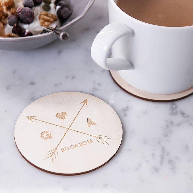 Personalizzato frecce in legno Coasters - Housewarming Regalo - rustico sottobicchieri - sottobicchieri personalizzati - bevande Coasters - regalo di nozze personalizzati di CloudsandCurrents su Etsy https://www.etsy.com/it/listing/264653020/personalizzato-frecce-in-legno-coasters