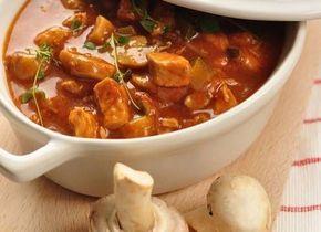 Kip Stroganoff - 4 personen / - 4 halve kipfilets  - 50 gr boter en 1 el olie  - 1/2 rode paprika in stukjes  - 50 gr. gerookt spek in stukjes  - 1 kleine ui gesnipperd  - 125 gr champignons in plakjes  - 1 teentje knoflook gesnipperd  - klein blikje tomatenpuree  - 2 tl paprikapoeder  - 1 glaasje wodka  - 2 dl slagroom of koksroom (o.i.d.)  - Peper en zout  - Cayennepeper  **  http://www.smulweb.nl/recepten/1366034/Kip-stroganoff