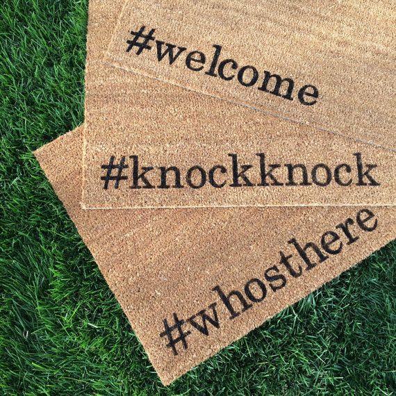 Notre paillasson « #knockknock » est une façon intelligente de créer une invitation et lentrée « tendance » façon ! Nos carpettes de bienvenue sont peints à la main et chaque modèle est disponible dans une grande variété de couleurs.  Tous nos tapis sont 18 x 30 pouces et tan/naturel couleur marron. Les fibres de coco naturel de la paillasson sont de l'enveloppe de la noix de coco qui est moule et rouille résistantes et ont un support vinyle épais, extra robuste pour s'assurer qu'ils ne…