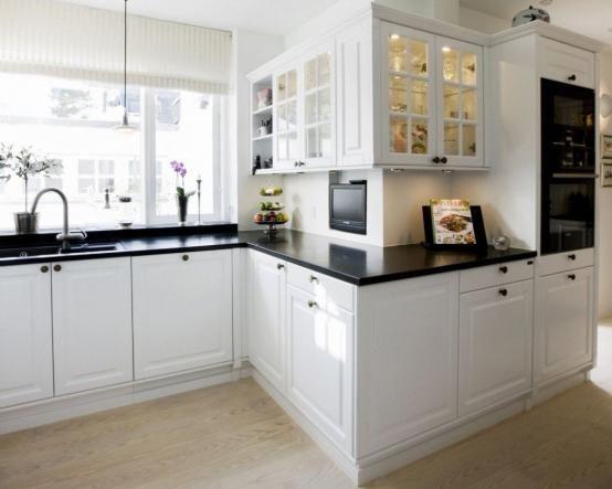 Необычное зигзагообразное расположение шкафов, классика, массив, темные столешницы и белоснежные фасады. Кухня Аристократ   http://www.mebel-zevs.ru/kukhni/kuhnja-386