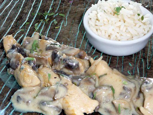 Une recette de poulet à l'estragon... et oui, encore ! Mais celui là n'a rien à voir avec l'autre, c'est promis ! D'ailleurs vous devriez essayer les deux et comparer, vous verrez ! La recette ci-dessous ne comporte pas de tomates mais des champignons....