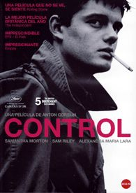 DVD CINE 1982 - Control (2007) Reino Unido. Dir.: Anton Corbijn. Drama. Biográfico. Sinopse: biografía de Ian Curtis, vocalista do grupo Joy Division, desde 1973, cando aínda era un adolescente, ata a véspera do arranque da primeira xira estadounidense da banda, en 1980. A película narra a evolución de Curtis desde a súa admiración adolescente por David Bowie ata a súa rápida consagración como estrela do panorama musical de finais dos anos setenta.