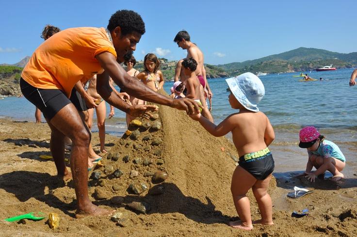 I bimbi si divertono nella nostra spiaggia a Capoliveri!