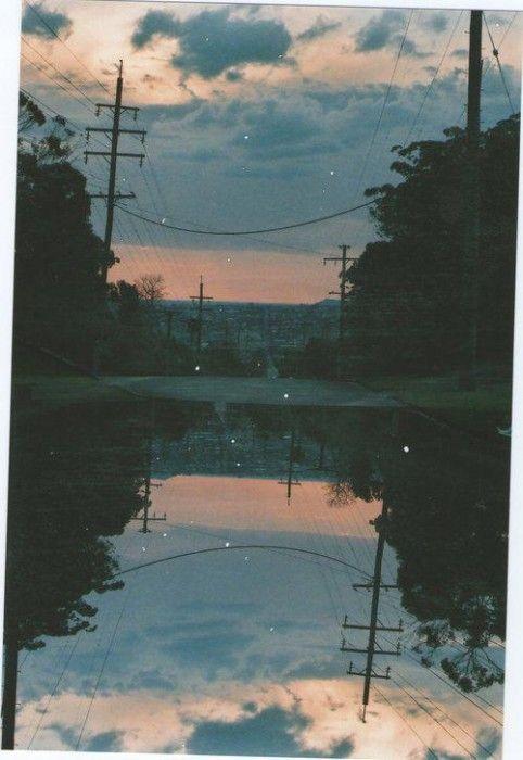 Crépuscule, poteaux électriques, reflets d'eau, arbres, colline