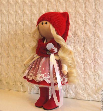 Купить или заказать Текстильная куколка-малышка Гномочка в интернет-магазине на Ярмарке Мастеров. Текстильная куколка-малышка Гномочка. Рост 30 см., стоит сама. Сшита из кукольного трикотажа. Волосы- кукольные трессы. Одета в пышное платье, отделанное кружевом, жакет из стеганного трикотажа, вязаный шарф и колпачок. На ножках замшевые сапожки ручной работы.